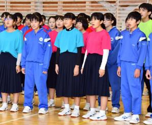 「いつかこの海をこえて」を合唱する釜石東中と幸田中の生徒