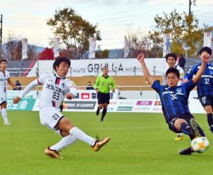 岩手-G大阪U-23 後半7分、岩手のDF太田賢吾(23)がシュートを決め、2-1と勝ち越す=盛岡市・いわぎんスタジアム