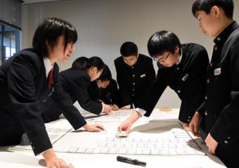 避難所運営ゲームHUGに取り組む赤崎中の生徒たち