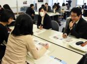 記事読み比べ違い探る 秋田で研究会、本県教員も参加