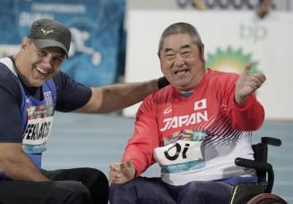 男子砲丸投げ(座位)の競技後、笑顔を見せる大井利江(右)。6位で競技を終えたが、2度の成績訂正で4位から5位に下がり、東京パラリンピック代表内定を得られなかった=9日、ドバイ(共同)