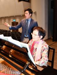 本番に向けて練習を重ねる柴田泰孝さんと金子容みさん(右)