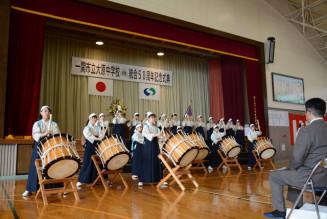 太鼓と笛の演奏で式典に花を添えた女子生徒