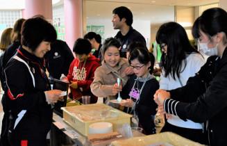 ケーキの販売体験を通じて、働くことの面白さに触れる児童たち