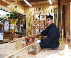 弓工房の完成を祝い、弓打ちを披露する杣友介さん