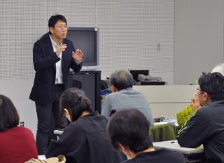 サケの生態について解説する北川貴士准教授