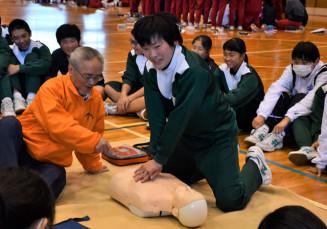 奥州市防災士会「絆」の会員から心肺蘇生法を学ぶ生徒