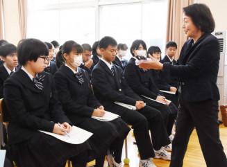 関幸子さん(右)から紫根染の歴史や伝承活動について学ぶ平舘高の1年生