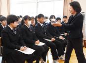紫根染、伝統技法に理解 八幡平市、平舘高生が歴史学ぶ