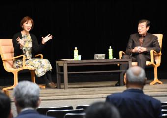 執筆時のエピソードを交えて語らう高橋克彦さん(右)と村松文代さん