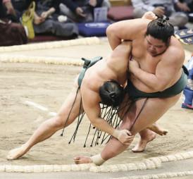 石浦(左)が三所攻めで錦木を破る=福岡国際センター