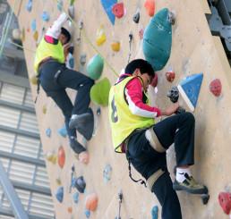 クライミングのリード壁に挑戦するスーパーキッズの中学生たち=盛岡市・県営運動公園登はん競技場