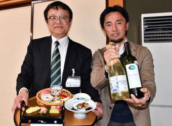 南三陸町のワインを手にする佐々木道彦社長(右)と「ひめかゆ御膳」の魅力をPRする渡辺和也支配人