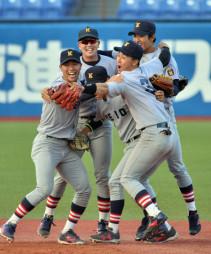 慶大-関大 優勝を決め、仲間と喜ぶ慶大の小原(右から2人目)=神宮