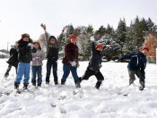 県内山間部、初の真冬日 八幡平市で児童雪遊び