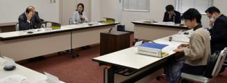 県民の幸福感を把握する意識調査について意見を交わす分析部会の委員