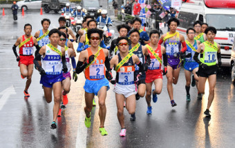 仲間にたすきをつなぐため、一斉に走り出す一般の選手たち=2018年11月23日、一関市・JR一ノ関駅前