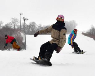 今季の営業をスタートした夏油高原スキー場。来場者は久々の雪の感触を満喫した=21日、北上市和賀町