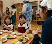 おにぎりギュッと愛情込め 花巻の保育園で県産米使い教室