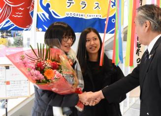入館10万人目となり、野田武則市長と握手を交わす大村森香さん(左)と後藤鮎夏さん(左から2人目)