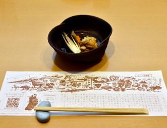 都内の飲食店で提供されるホヤ、ワカメの酢の物と地元の食材をPRするおてもとマット