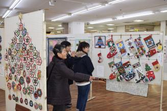 クリスマスをテーマに、会場を彩るパッチワークキルト作品