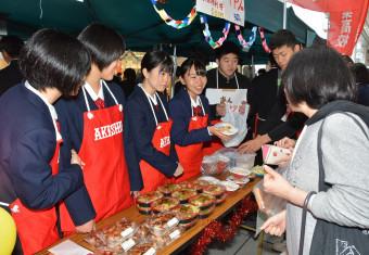企業と開発した商品を販売する生徒=10月19日、秋田市・JR秋田駅前