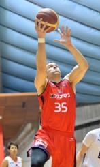岩手-静岡 第4クオーター、岩手のCジャスティン・ヘラルドがシュートを決め、79-57とリードを広げる=盛岡市・県営体育館
