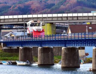 低速で線路の安全を確認する三陸鉄道の保守用車。津軽石-宮古は28日に運行再開する=25日、宮古市宮古