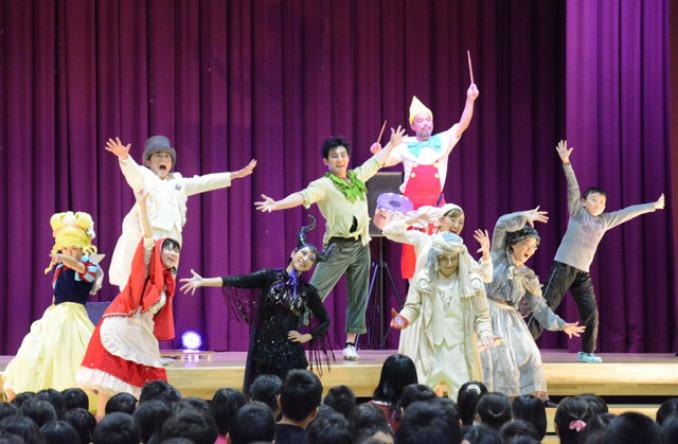 歌と踊りで子どもたちを魅了した仮想定規のメンバー