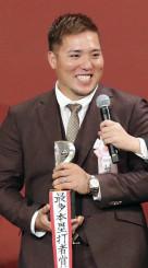 最多本塁打者賞を受賞し、笑顔でインタビューに答える西武・山川穂高