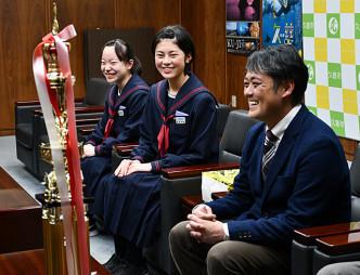 日本管楽合奏コンテスト全国大会での最優秀賞を報告する(左から)津田花音さん、高橋美蘭さん、浜田弥顧問
