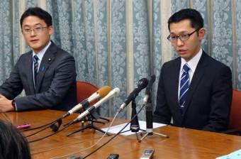 当選無効について陳謝し、再選挙への出馬を表明する松倉史朋氏(右)。左は藤原崇県連会長