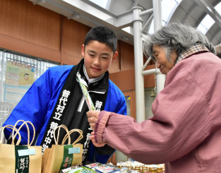 地元の商品を笑顔で販売する普代中の生徒
