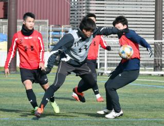 ミニゲームで気迫のこもったプレーを見せるいわてグルージャ盛岡の選手たち=紫波町・県フットボールセンター