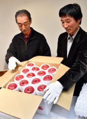 令和初の献上リンゴを箱に納める生産者=28日、盛岡市中央通