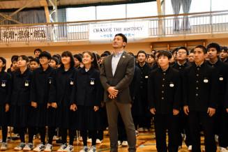 講演を終え生徒たちと記念撮影する塚原直貴さん(中央)