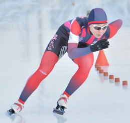 高校女子500メートル 41秒58の好タイムで初優勝した吉田雪乃(盛岡工)=盛岡市・県営スケート場