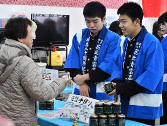 県内外の高校のオリジナル商品を販売する生徒