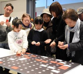 W杯後のスポーツボランティア活動への思いをボードに貼る参加者=1日、釜石市大町・テット