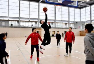 開館したばかりの市民体育館で岩手ビッグブルズの選手とバスケットボールを楽しむ利用者