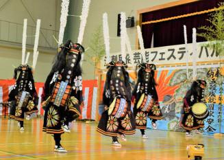 躍動感ある舞を披露する稲瀬小の児童たち