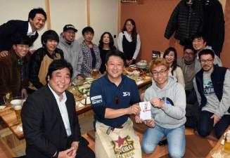 協力したイベントの実行委メンバーらから義援金を贈られる南貴幸代表(前列左から2人目)。右隣は大信田和彦社長