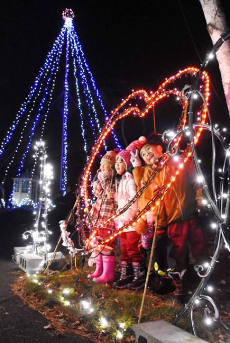 まばゆい光を放つイルミネーションを楽しむ子どもたち
