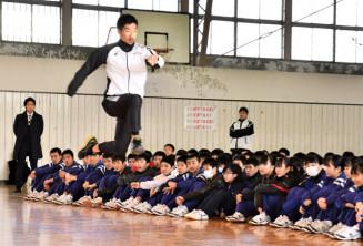 生徒の目の前で走り方の基本について指導し、スポーツの魅力を伝えた芦田創選手(手前)
