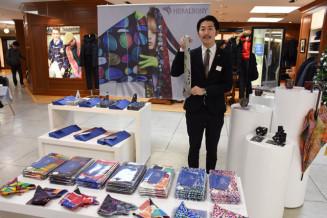 新ブランド「HERALBONY」を紹介する松田文登副社長。アート作品として販売し「福祉のイメージを変えたい」と意気込む
