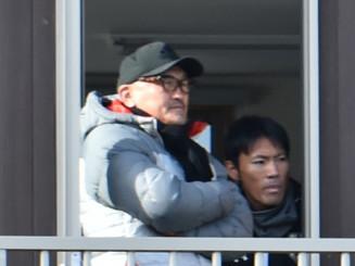 グルージャの新監督に就任が決まった秋田豊氏(左)=紫波町・県フットボールセンター