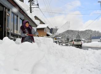 自宅前に積もった雪かきに精を出す近藤チナさん=6日、西和賀町沢内太田