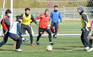 最終戦に向けて練習に励むグルージャの選手たち=盛岡市・県営運動公園