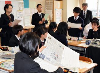 船橋希望中の授業を視察し、新聞活用の手法を研修する二戸市の中学校長